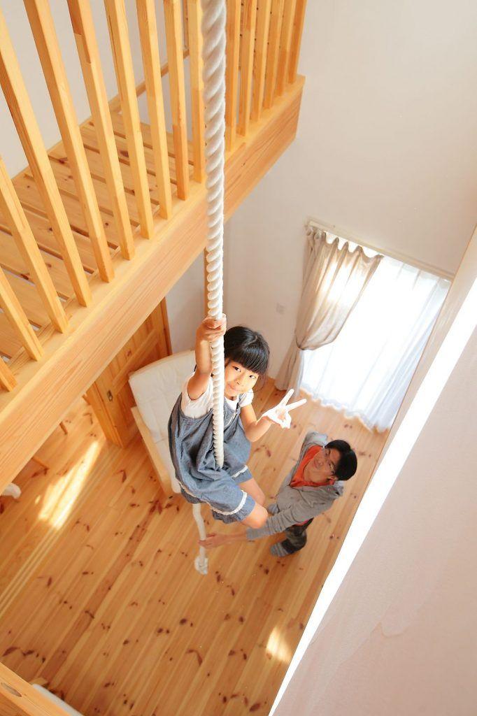 のびのび遊べて子ども達に大人気の自然派住宅 リビング 肋木 吹き抜け