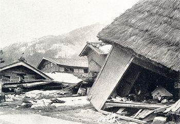 1927年に発生した北丹後地震。震源は、京都府丹後半島北部で、M7.3の大きな地震であった。この地震による犠牲者は死者・行方不明者合わせて2,925人。家屋倒壊率は70%-90%に達した。また、地震発生時刻が夕食時と重なり、火災が各所で発生。合わせて8,287戸が焼失した。住宅や織物工場など家屋の97%が焼失。人口に対する死亡率は22%に達した。被災者は厳寒の中雪の降る屋外に投げ出され、新聞社など多くのマスコミが被災者救援のキャンペーンや募金活動などを行った。大阪梅田の阪急百貨店では、この地震による食い逃げが莫大な額に達したため、1930年より当時は日本初の「食券制」を取り入れた。