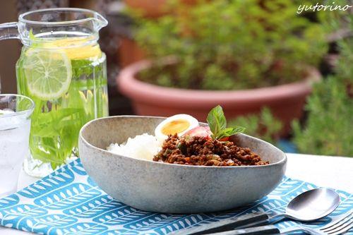 夏はピリ辛ドライカレー 明太子で旨辛アップです♪ ひき肉500gに、あらみじん切りの玉ねぎ、ピーマン、にんじん、なすを適量 すりおろした生姜とにんにく各大さじ1 スパイス:ローストカレーパウダー、ガラムマサラ、黒コショウ コンソメ顆粒、塩で味を整えて、ハチミツは少々 特別なスパイスは使わずOK   すりおろししょうが&にんにくをまず炒めてから野菜~ひき肉の順番で!   ローストカレーパウダーは、味がまとまりやすいので重宝 カレー塩を作る時やカレー風味のピカタの衣にも便利です♪   辛みは、カイエンペッパーなどで調整が一般的ですが もし、明太子があれば、ぜひトッピングで 美味しいですよ^^  #夏 #カレー #レシピ #和食 #器 #ハーブウォーター