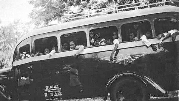 Kinderen in een bus op Java. 1935
