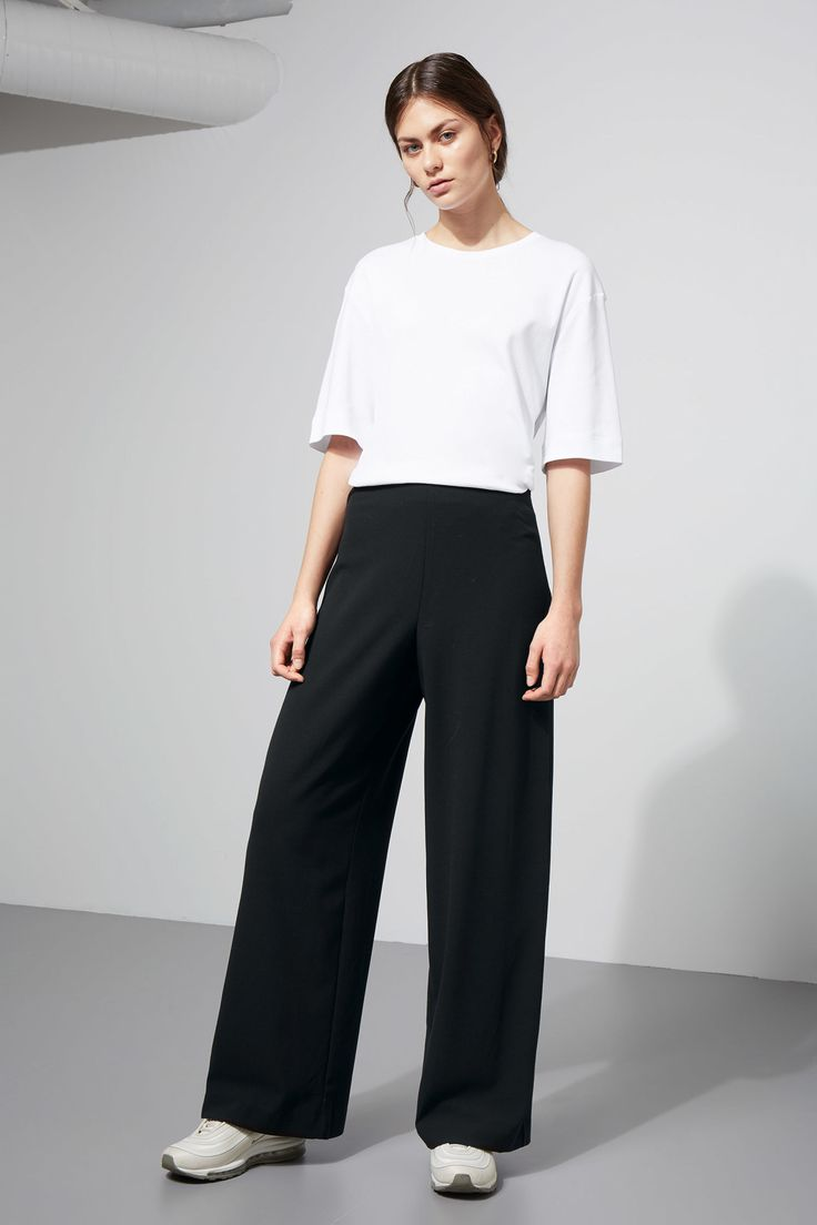 The Julia Trousers have wide, straight legs and a regular, slightly dropped waist. They have a discrete stitching, a zip closure at the left side of the wa