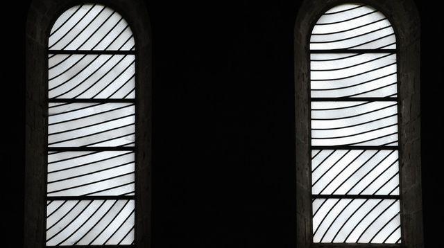 Les vitraux abstraits conçus par Pierre Soulages pour l'abbatiale du 11e siècle de Conques
