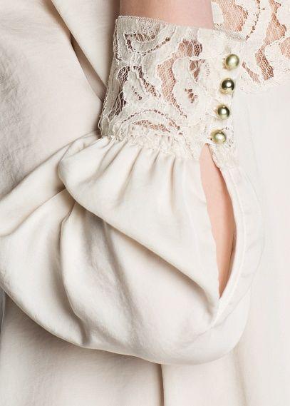 Blusa satinada con  puños de la manga en encaje