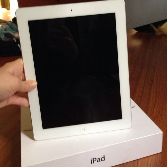 Apple IPAD 32gb wifi 3rd generation white like new Comes with charger,box, receipt. Excellent condition like new only used a few times. Selling because never use. Accessories