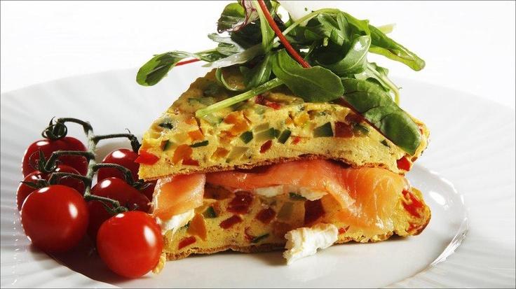 Omelett med paprika, squash og røykelaks