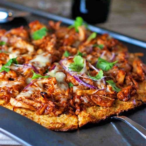 skinny bbq chicken pizza//only 150 calories a serving. I am so making this!