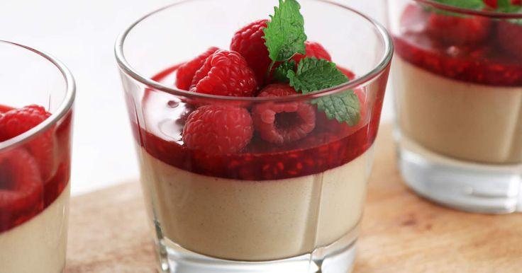 Smakbästisarna hallon och lakrits in en len pannacotta med yoghurt. Lika poppis hos vuxna som barn! Pannacottan görs på agar agar och är därför gelatinfri.