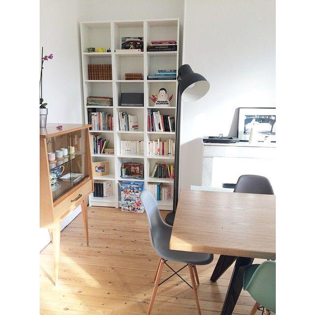 La nouvelle bibliothèque !!! Mention spéciale au calendrier de l'avent playmobil #instadeco #madecoamoi #décoration #bibliothèque #séjour #livingroom #books #ikea #hektar #billy #playmobil #eames #jeanprouvé