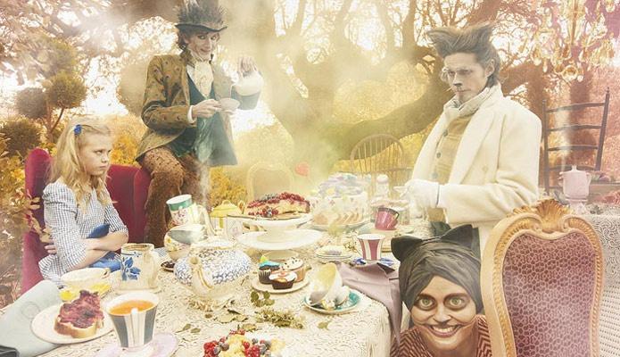 """Alicia en el País de las Telas - Realización : Amaya de Toledo. Fotos: Manolo Yllera. - """"La Liebre de Marzo y el Sombrero estaban tomando el té. """"¡No hay sitio!"""", se pusieron a gritar: """"Toma un poco de vino, la animó la Liebre de Marzo. Alicia miró por toda la mesa, pero allí sólo había té"""". (El no cumpleaños)"""