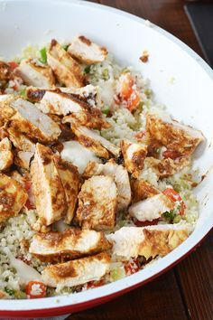 Bloemkoolcouscous met Tandoori kip. Wat heb je nodig? (2 – 3 personen); 1 bloemkool, halve zak doperwtjes uit de diepvries, 2 bosuitjes, 1 teentje knoflook, 1 ui, 1 rode paprika, 2 kipfilets, ½ potje Patak's Tandoori pasta (of maak jeuiteraard je eigen pasta!), 2 eetlepels knoflookdressing
