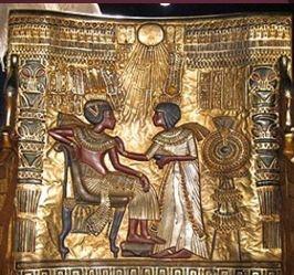 투탕카멘과 그의 아내.  옥좌의 등받이에 새겨진 그림이다. 투탕카멘이 아홉살에 왕위에 올랐으며 당시에 투탕카멘이라는 이름으로 불리고 있었다는 사실을 보여준다. 종교적 전통에 따라 생명을 주는 아텐의 태양 아래 있는 국왕부부를 묘사한 것이다. 투탕카멘은 편한 자세로 기대어 쉬고 있다. 그의 아내 안케세나멘은 옆에서 남편의 어깨에 향유를 발라준다. 이 옥좌의 등받이에 새겨진 그림을 잘 보면 투탕카멘의 팔이 얇고 길며 배가 튀어나와 있는 것을 볼 수 있다. 이 기법은 태양신을 섬기던 아크나톤 시대에도 쓰였던 기법이다. 왕을 신격화한다는 것이 하나의 가설이다.
