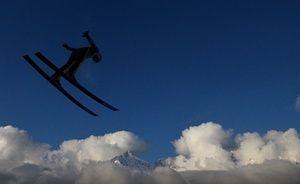 Ronan Lamy Chappuis de France compete na Copa do Mundo de saltos de esqui FIS em Innsbruck, Áustria