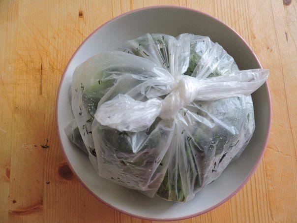 Ha szereted a kapros finomságokat és különleges finomságot készítenél a pörkölt mellé, próbáld ki ezt a receptet. Legalább olyan finom mint a kovászos uborka, bár ez nem savanyú, inkább frissítő nyári ízű. Hozzávalók: 1 kg uborka 6 gerezd fokhagyma 2 teáskanál só 1 köteg friss kapor Elkészítés: Mosd meg az[...]
