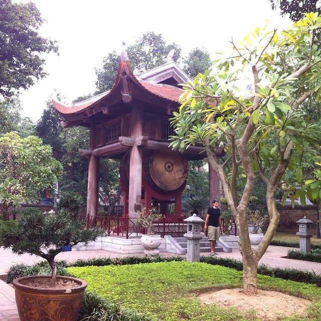 ベトナムハノイのお寺の庭  何か日本式のお寺と違う気がするのですが  屋根のあたりが違うのでしょうか  あとは太鼓の模様も日本とは違う...  海外のお寺に行って日本との違いやその理由がわかると  より深いお参りが出来るのだと思います  ちょっとずつでもそういう所にも意識できるようにしよう  と思ったお参りでした  #cocoacana #ベトナム #ハノイ 初 #大学 が #お寺 に #参拝#vietnam #hanoi #観光 #旅行 #旅 #自分磨き #太鼓 #理解