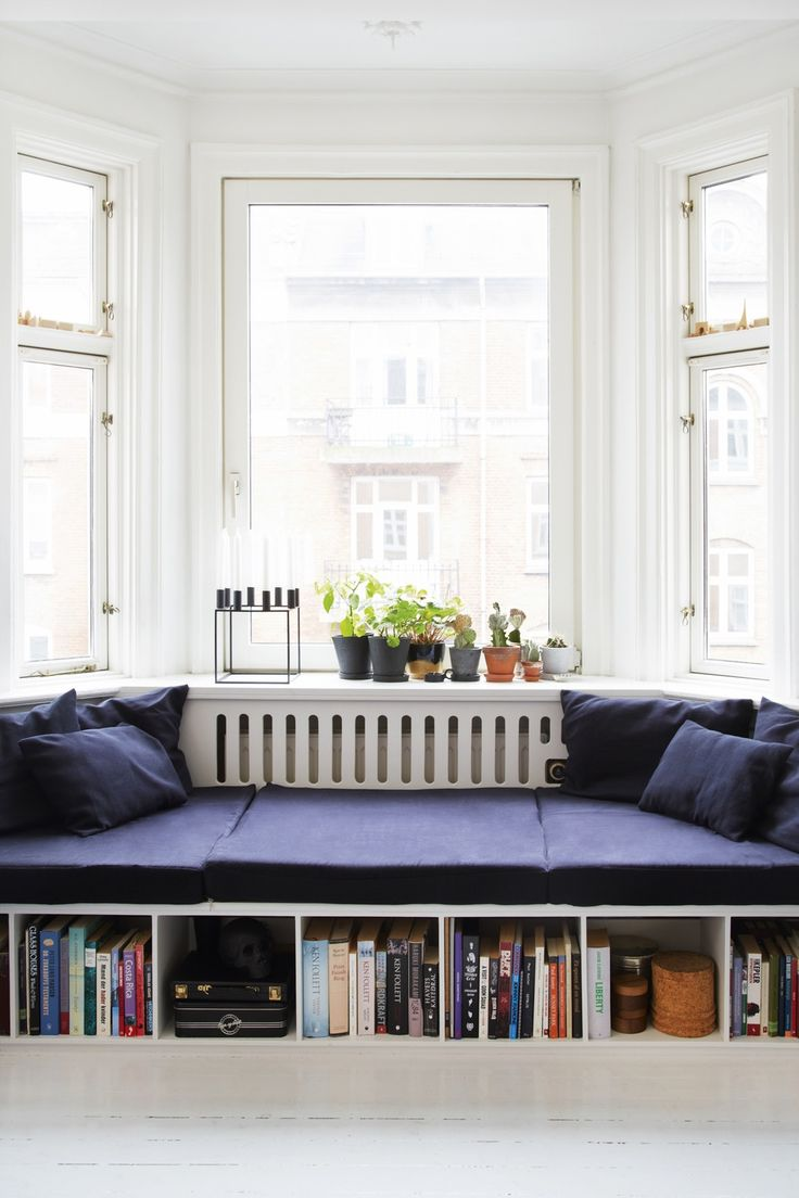 Inspiration til hjemmebygget sofa under vinduer i kolonien.