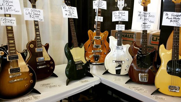 Coronado corner  #fenderguitar #bass #fender #gibson #gibsonguitar #lespaul #guitar #guitarra #vintage #oldie #love #instagram #instalove #instamoment #instaguitar #insta #coronado #texas #dallas #guitarshow #barcelona #70s #60s #50s