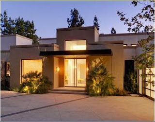Fachada de casa con ventanales