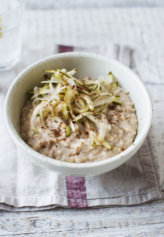 Cinnamon porridge with grated pear (made with water and skimmed milk to keep the calories down)