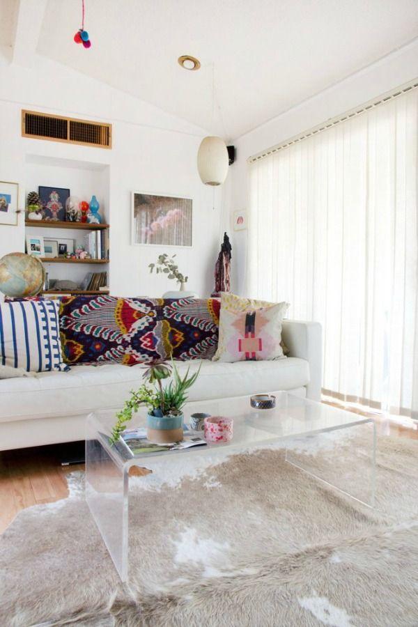 Transparante meubels van acryl of glas zijn onopvallend en laten een kleine ruimte luchtiger en optisch groter lijken.