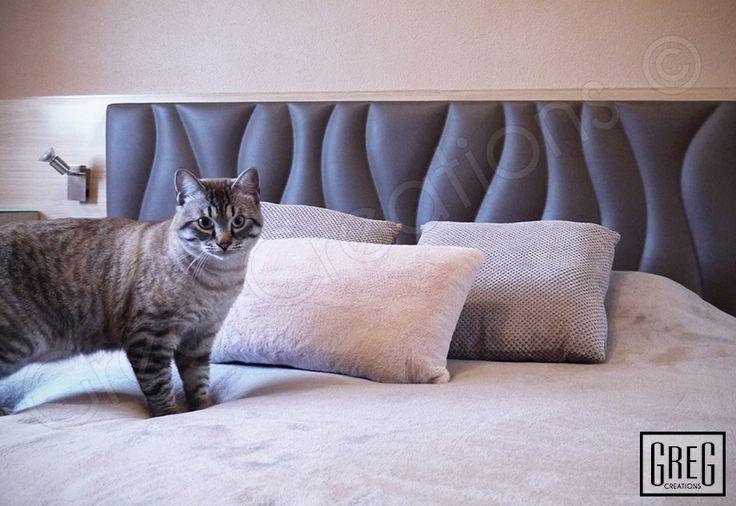 Diseño de un dormitorio con el cabecero serie SIMPLE WAVE tapizado en polipiel color marrón ceniza.