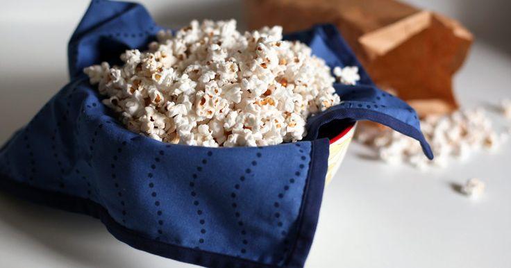Cómo hacer palomitas de maíz en una bolsa de papel en el microondas sin que se queme. Las palomitas de maíz son un aperitivo preferido para muchas personas, pero a menudo contienen aditivos y condimentos innecesarios; y pueden ser costosas. En vez de comprar bolsas de palomitas en el supermercado, puedes comprar el maíz a granel y hacerlo en bolsas de papel madera. Hacer tus propias palomitas te permitirá personalizarlas con tus ...