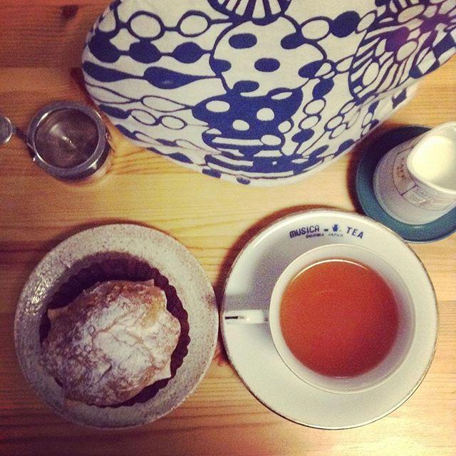 いろいろ刺激的な1日昨日の日本茶イベントのブログ記事書いて古民家のマルシェに行って今おやつ #ムジカティー #クリスマスブレンド #西村洋菓子店  #ほっと一息