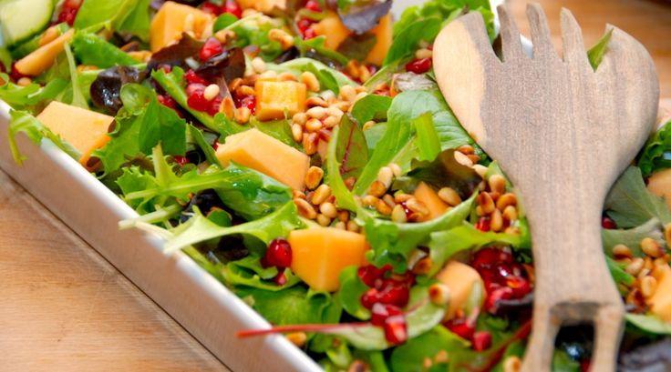 Virkelig lækker salat med melon, der laves med en skøn cantaloup melon. Melonsalaten får også selskab af granatæblekerner, pinjerkerner, en grøn salat og lidt agurk. Foto: Guffeliguf.dk.