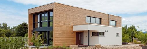 Der eingeschossige Anbau nimmt die Technikräume auf und schafft einen sicht- und wettergeschützten Eingangsbereich. (Meisterstück-Haus)