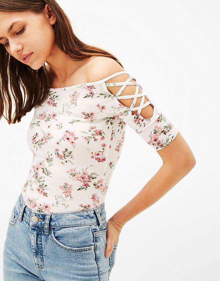 Strakke top met stroken mouw. Ontdek dit en nog véel meer kledingstukken in Bershka met elke week nieuwe producten.