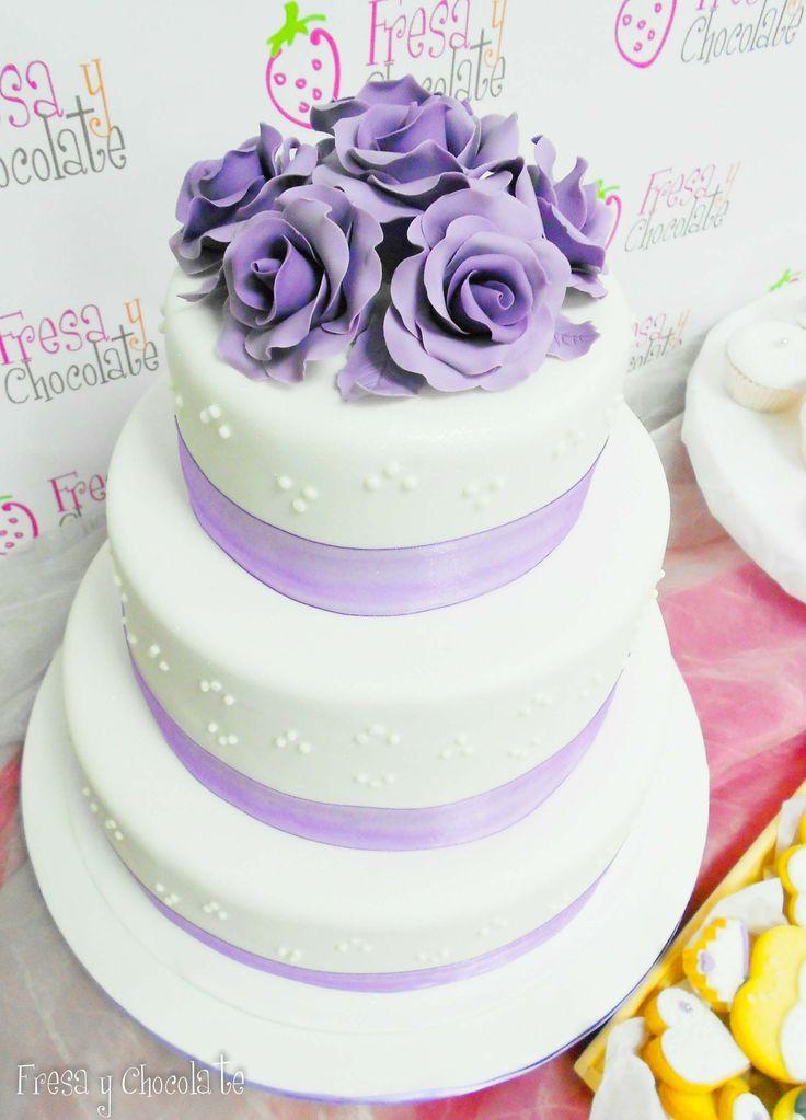 Tarta de boda con rosas lilas