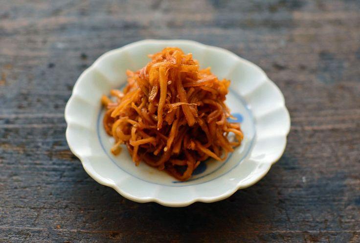 """いちばん丁寧な和食レシピサイト、白ごはん.comの『生姜の佃煮の作り方』を紹介するレシピページです。年中スーパーに並んでいる""""ひね生姜""""でご飯が進む佃煮を作ります!季節を問わずに作れるし、かつお節の旨みと生姜の辛みでやみつきのおいしさです!この生姜の佃煮、10分くらいでできてしまうので、ぜひお試しください。"""