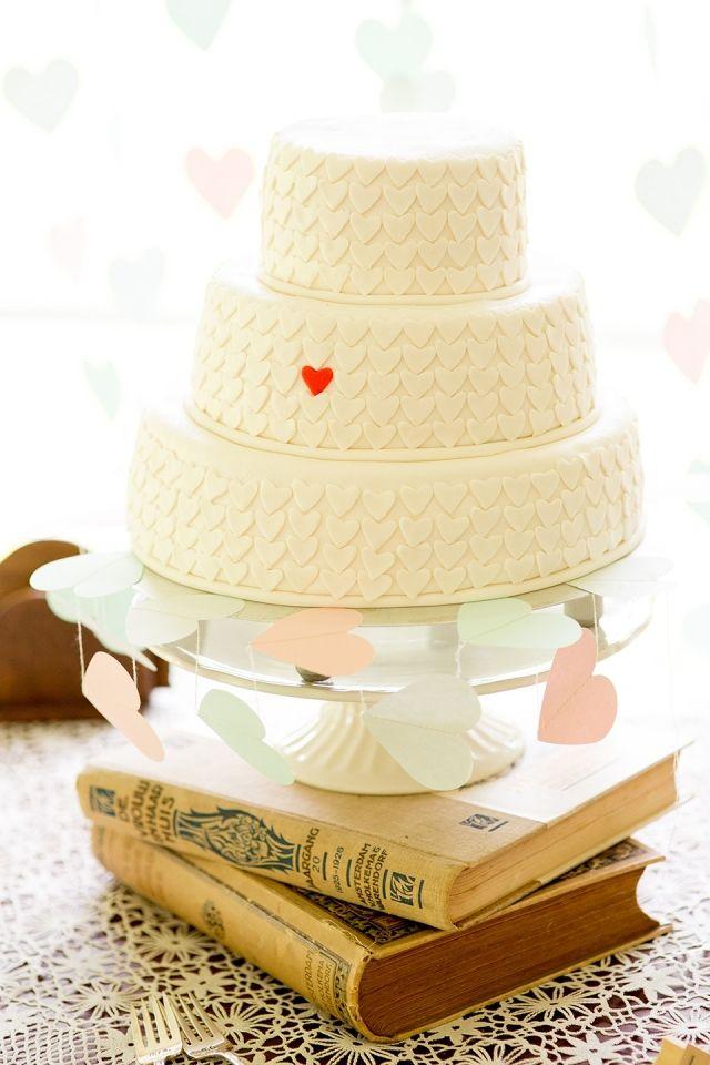 Bruidstaart met hartjes waarvan er 1 rood is, we like! #bruidstaart #bruiloft #trouwen #inspiratie #wedding #cake #pie ThePerfectWedding.nl