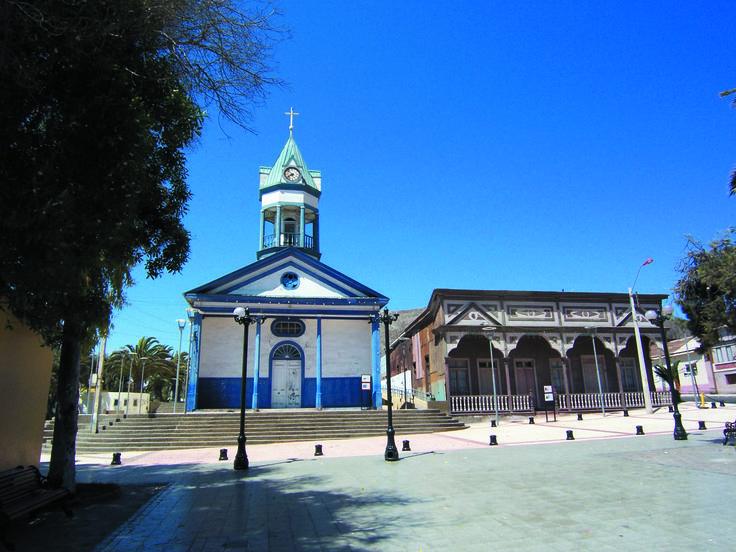 Iglesia patrimonial Nuestra Señora Del Carmen. Este Monumento Nacional data de 1864 y su estructura es de madera, cañas de Guayaquil y estuco de barro, arena y cal.