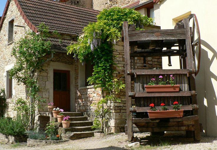 Gites Le Pressoir et La Petite Maison, 71640 Saint-Martin-sous-Montaigu (Saône-et-Loire) Deux gites au calme à 12 km de Chalon 2 Gîtes : 4 personnes Nos deux gites de 4 personnes chacun, se situent dans un village très calme de la Route des Vins en Bourgogne (2km de Mercurey). Restaurés dans les dépendances d'une ancienne propriété viticole, ils combleront les amoureux des vieilles pierres. Notre situation au coeur de la Bourgogne Sud permet de rayonner très facilement de Beaune à Cluny...
