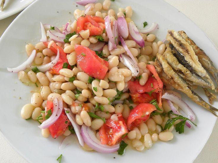 Τα Φασόλια Πιάζ είναι φασόλια βρασμένα τα οποία γίνονται σαλάτα. Συνταγές υπάρχουν πολλές αλλά εμένα μου αρέσει να τα φτιάχνω με ντομάτα, κρεμμύδι, τόννο, μαϊντανό, λεμόνι και ελαιόλαδο. #φασόλια_πιάζ #φασόλια_σαλάτα #Ελληνική_κουζίνα #κοπιάστε