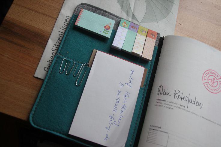 Seit zwei Jahren habe ich nun schon meinen Taschenbegleiter von Roter Faden. Ich kann mit Fug und Recht behaupten, dass das eine der besten Anschaffungen der letzten Jahre war. Ramona will schon seit längerer Zeit wissen, wie ich den Taschenbegleiter im Alltag nutze, und jetzt endlich kann ich euch das mal zeigen.Was gibt's denn daran zu zeigen, wie man einen Kalender nutzt? Nunja, eine ganze Menge. Man könnte sogar fast eine Wissenschaft draus machen, oder zumindest einen halben…