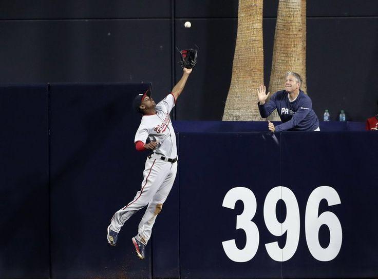 El jardinero central de los Nacionales de Washington Michael Taylor atrapa un batazo de Yangervis Solarte en el segundo inning del juego de la MLB que enfrentó a su equipo con los Padres de San Diego, el 18 de agosto de 2017, en San Diego. (AP Foto/Gregory Bull)