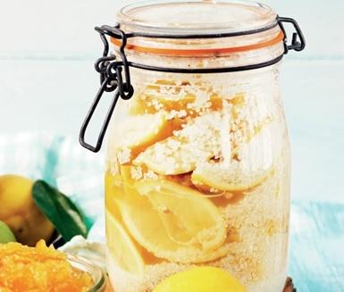 Använd gärna ekologiska, obesprutade citroner och salta in. Hacka och servera som tillbehör till fisk, kyckling eller lamm eller blanda i såser och grytor.