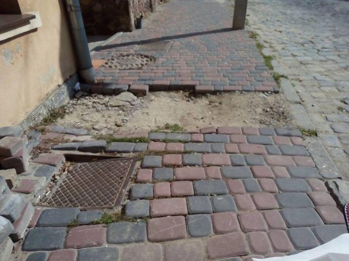 На вулиці Синагоги через розбитий тротуар жінка на візку впала та травмувалася