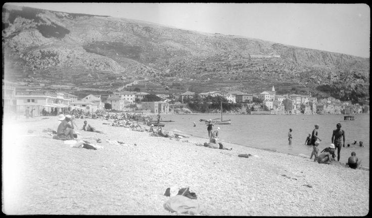 Titel Strand bei Baska auf der Insel Krk, Jugoslawien Beschreibung Im Hintergrund der Ort. Technik Schwarz-Weiß-Negativ Datierung um 1920