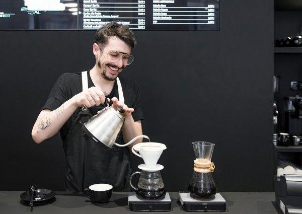 Moleskine ist die Marke für die kleinen schwarzen Bücher, in die wir so gerne smarte Sachen schreiben. Jetzt gibt's in der Moleskine-Heimatstadt ein Café, wo man denken, schreiben, arbeiten, sinnieren, Kaffee trinken und Moleskine-Bücher kaufen kann.