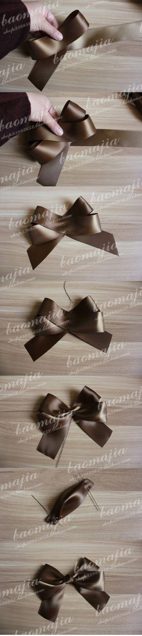 图上是用3.8CM宽的丝带做的,不到一米。 同样的做法,也可以做其它宽度的蝴蝶结。 后面加一个夹子,或者发圈,胸针都OK.