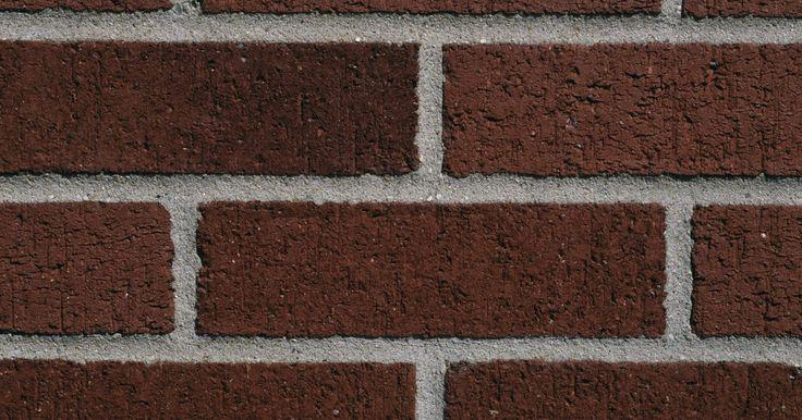 Hazlo tú mismo: ladrillos de imitación en un muro pintado de color rojo profundo. Una pared de ladrillo de imitación añadirá textura y color a cualquier habitación y creará una atmósfera cálida que se complementará tanto con una decoración estilo shabby chic, como con un ambiente colonial o uno moderno. Una pared de color rojo oscuro te servirá como capa base para los ladrillos de imitación. La adición de esmaltes coloreados ...