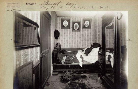 Le 5 septembre 1910, démarre l'affaire Bouvet, celle d'une femme victime d'une tentative de meurtre au vitriol. On aperçoit les draps à moitié dilacérés par l'acide.