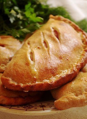 Кальцоне - традиционная итальянская выпечка, своего рода закрытая пицца, пицца-пирожок. Мне давно хотелось попробовать испечь, но что-то не до пиццопирожков было,…