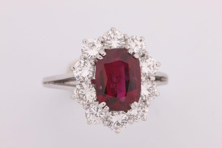 Bague fleur en or gris sertie d'un rubis (environ 2.50/2.60 ct) entourage de diamants brillantés Poids brut : 5.6 g  Estimation 2.000/3.000€