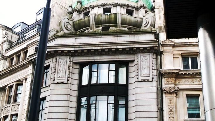 Londoner Architektur mit ägyptisierenden Einflüssen - Foto von Poeta Immortalis. Imhotep hat als vergöttlichter Baumeister Einfluss auf die gesamte Architekturgeschichte genommen. Eine experimentelle Beschwörung des Imhotep findest du hier: http://nebel-all-raunen.blogspot.de/2015/10/ritual-beschworung-des-imhotep.html