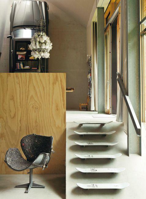 Beautiful récup / En contrebas de la cuisine, d'anciennes planches de skateboard font office de marches. Tel un manifeste arty, une chaise Cygne d'Arne Jacobsen, designer culte des fifties et sixties, a été habillée d'une feutrine texturée, à la coupe savamment étudiée.
