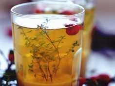 Ingwer-Thymian-Tee mit frischen Cranberrys | http://eatsmarter.de/rezepte/ingwer-thymian-tee