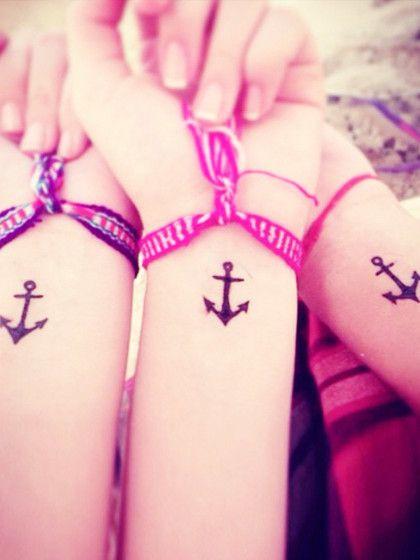 Ein Anker-Tattoo kann ein Symbol für Freundschaft sein...